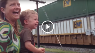 Il suo papà sta guidando il treno che passa… la gioia di questo bimbo è commovente