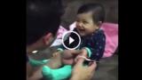 Questa bambina finge di piangere ogni volta che il suo papà cerca di tagliarle le unghie