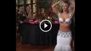 La sexy ballerina di danza del ventre: un vero spettacolo