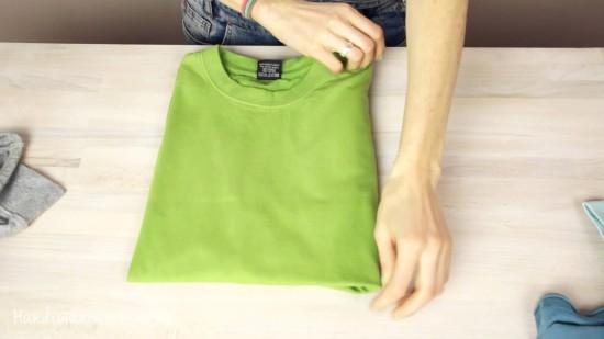 Складывать футболку