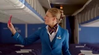 La hostess ha trovato un telefono in aereo,   guarda come ha ritrovato il suo proprietario. Adorabile!