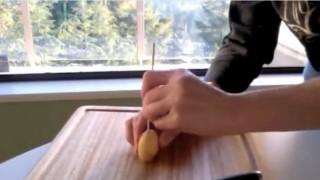 Come tagliare le patate a spirale con un semplice coltello da cucina.
