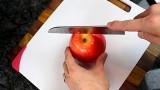 Come tagliare una mela e portarsela in borsa senza rovinarla