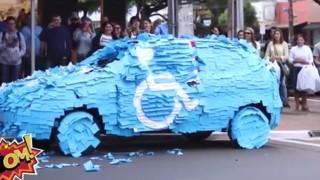 Posteggia nell'area riservata ai disabili e si ritrova l'auto ricoperta da POST-IT