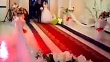 La sposa e il suo papà entrano in chiesa, non appena cominciano a camminare sulla passerella succede qualcosa…