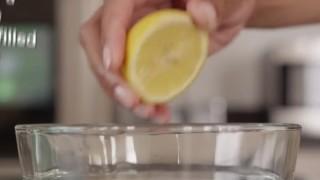 Come pulire il forno a microonde senza usare detersivi