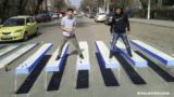 Le strisce pedonali 3D sembrano emergere dall'asfalto e fanno rallentare le macchine
