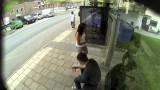 Alla fermata dell'autobus vedono qualcosa che li lascia allibiti!