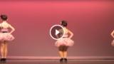 3 ballerine si preparano sul palco, ma tenete d'occhio quella al centro… STREPITOSA!