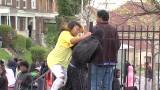 Baltimora: mamma picchia figlio che lancia pietre agli agenti