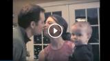 Ogni volta che la mamma bacia il papà… guardate cosa fa il bambino!
