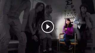 Esperimento a telecamera nascosta INQUIETANTE: Osservate bene cosa fa questa ragazza.