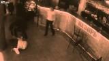Cameriera mette a ko a colpi di menù il cliente che la molesta