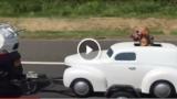 Un vero biker indossa gli occhiali da moto anche se ha la sua auto personale 