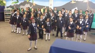 Il coro di bambini che canta HAPPY