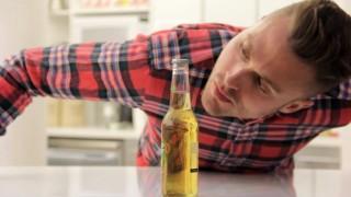 Come aprire una bottiglia di birra senza toccarla!