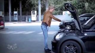 Come una bionda mette l'olio nell'auto
