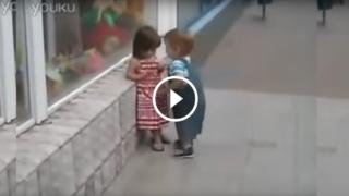 Vieni qui piccola che ti do un bacio! (ma poverino, lui vuole solo un bacino…)