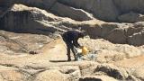 Dan è un senzatetto che pulisce la spiaggia di sua iniziativa quando un giorno…
