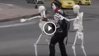 Intrattenimento al semaforo con scheletri