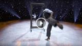 Un ballo emozionante: Un finto specchio separa i due ballerini mentre eseguono movimenti perfettamente speculari.
