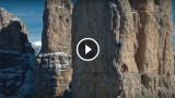 Arrampicata in Dolomiti ripresa da un drone