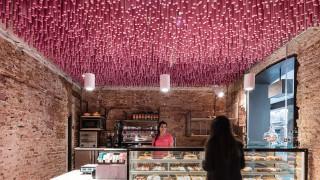 La più incredibile pasticceria del mondo ha 12.000 bastoncini rosa appesi al soffitto!