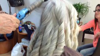 Può una donna di 80 anni stare bene con i capelli lunghi?