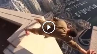 Le folli evoluzioni e salti mortali sul tetto di un grattacielo
