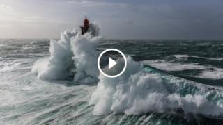 Le impressionanti tempeste in Bretagna al Faro dell'Inferno degli Inferni