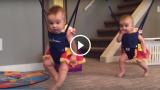 La danza irlandese delle due piccole gemelline