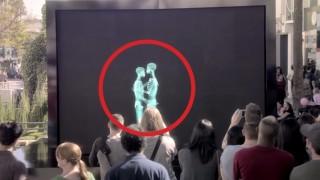 Si baciano dietro uno schermo a raggi X… e il pubblico rimane senza parole…