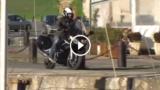 Cade in acqua con la moto: un incidente spettacolare