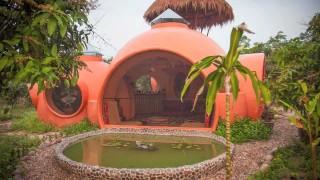L'affascinante casa a forma di cupola immersa nel verde della Thailandia