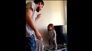 """Ha soli 15 mesi e già tiene testa al padre: il """"litigio"""" è adorabile!"""