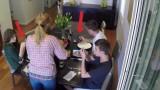 I figli usano il cellulare a tavola, ma la mamma ha un arma in grado di disattivare tutti i dispositivi!