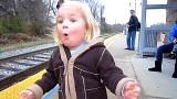 Questa bambina vede il treno per la prima volta