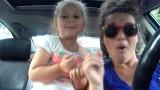 Mamma e figlia cantano Frozen e diventano famose