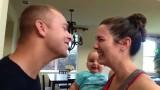 Mamma e papà si baciano… e il bimbo reagisce così! Che amore