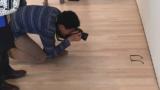 Qualcuno ha appoggiato degli occhiali per terra in un museo, i visitatori hanno pensato fosse arte