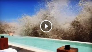 """Uno """"tsunami"""" nella piscina di un hotel a Bali"""