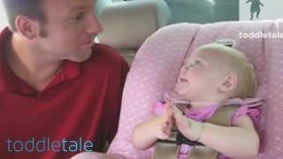 Bambina ha un'adorabile conversazione col suo papà