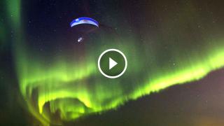 Il volo acrobatico in parapendio nell'aurora boreale: Estasi di colori!