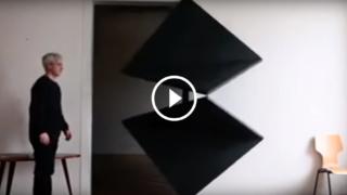 La porta che si apre come un origami, con un tocco