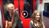 Due bravissime ragazze suonano divinamente Kiss di Prince in metropolitana