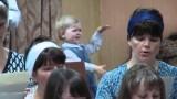 Ha solo 2 anni, ma dirige il coro da vera professionista