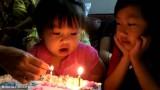 Questa bimba cerca di spegnere le candeline…