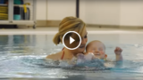 Nasce senza occhi, ogni volta che entra in piscina sorride felice