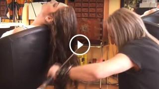 Taglia i capelli con il fuoco e con le spade: il parrucchiere più incredibile al mondo
