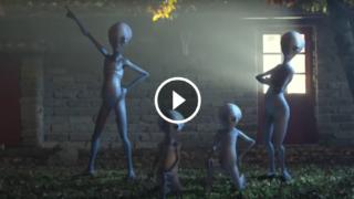 Vi piace il bizzarro spot del Festival di Sanremo 2017 con la famiglia di alieni che ballano?